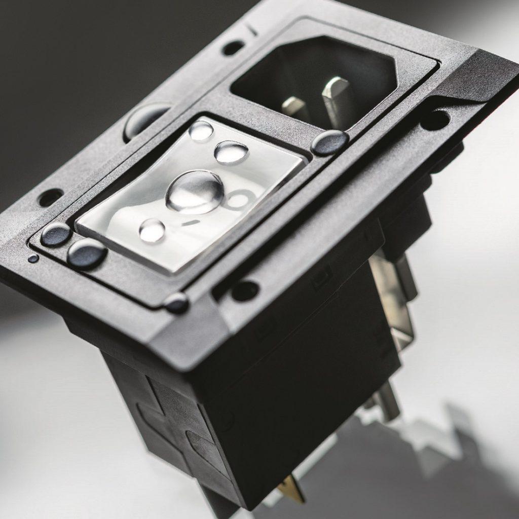 IEC-Gerätestecker mit integriertem Schutzschalter