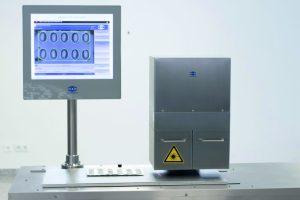 Lynx-Spectra 3D ist ein hochauflösendes, lasergestütztes verarbeitungssystem zur 3D-Kontrolle der Geometrie von Folie, Tabletten und Kapseln auf unerwünschte Verformungen. (Bild: Scanware Electronic GmbH)