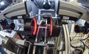 Zwei Kameras blicken frontal auf die Teileköpfe und kontrollieren deren äußere und innere Geometrie. Zwei weitere Kameras prüfen die äußere Geometrie der Teile auf dem Drehteller. (Bild: © Kamillo Weiß)