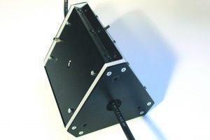Leuchte Triangulum für Messungen und Prüfungen an Kabeln, Leitungen, Rohren und anderen runden Objekten. Eine Kombination aus 3 Flächenleuchten mit Durchbrüchen und einem rundem Diffusor en eine ideale Einheit zum Erfassen von runden Oberflächen. Zwec (Bild: Planistar Lichttechnik GmbH)