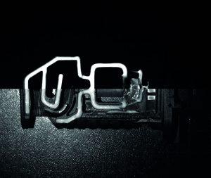 UV-Licht überstrahlt beim Kameradie Fluoreszenz des angeregten Stoffes (unten). aufnahme mit abgestimmter UV-Beleuchtung und speziellen Filterns (oben). (Bild: iiM AG measurement + engineering)