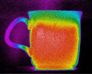 Bild 1: Bild einer Kaffeetasse direkt nach dem Starten einer LWIR-W?rmebildkamera (a, links) mit MCT-Detektor; (b, rechts) mit SLS-Detektor (Die dargestellten Bilder zeigen eventuell nicht die tats?chliche Aufl?sung der Kamera. Die Bilder dienen nur zur Veranschaulichung.) (Bild: Flir Systems GmbH)