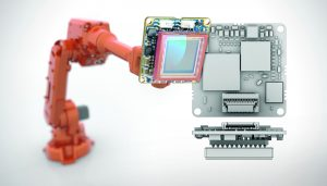 Die Kamera-Integration in bewegten Teilen eines Roboters stellt komplexe Anforderungen an die Kamera-Hardware und deren Funktionen. Im rechts ist die Rückseite einer Platinen-Kamera mit Flachstecker für die USB 3.0 Schnittstelle und I/O-Kanäle zu sehen (Bild: Ximea GmbH)
