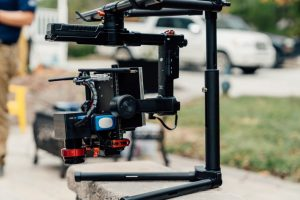 Der Core-basierte Industriecomputer von ADL Embedded Solutions mit SWIR-Kamera und Ronin-MX-Tragesystem von DJI. Das verwendete Drohnenmodell ist eine DJI Matrice 600. (Bild: ADL Embedded Solutions GmbH)