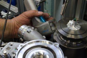 Auch verdeckt angebrachte Codes erfasst der ID-Hammer schnell und zuverlässig beim Automobilzulieferer BorgWarner. (Bild: Di-Soric Solutions GmbH & Co. KG)