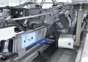Neben den kurzen Messzeiten war eine Voraussetzung f?r den Einsatz in der Inline-Messtechnik des Karosseriebaus auch die kompakte Bauform des Sensors. (Bild: Carl Zeiss Automated Inspection GmbH & Co. KG)