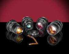 Die Festbrennweitenobjektive der Cx Serie stehen in vier Brennweiten (12, 16, 25 und 35mm) zur Verf?gung. Im Vordergrund liegt die Fl?ssiglinse von Varioptic in der entsprechenden Halterung. (Bild: Edmund Optics GmbH)