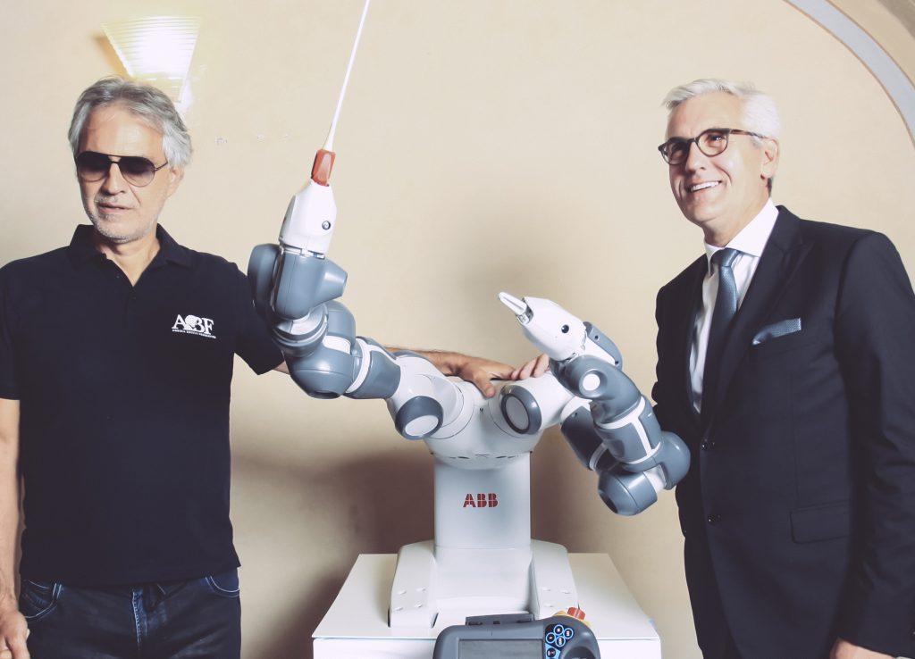 Roboter dirigiert Konzert mit Andrea Bocelli