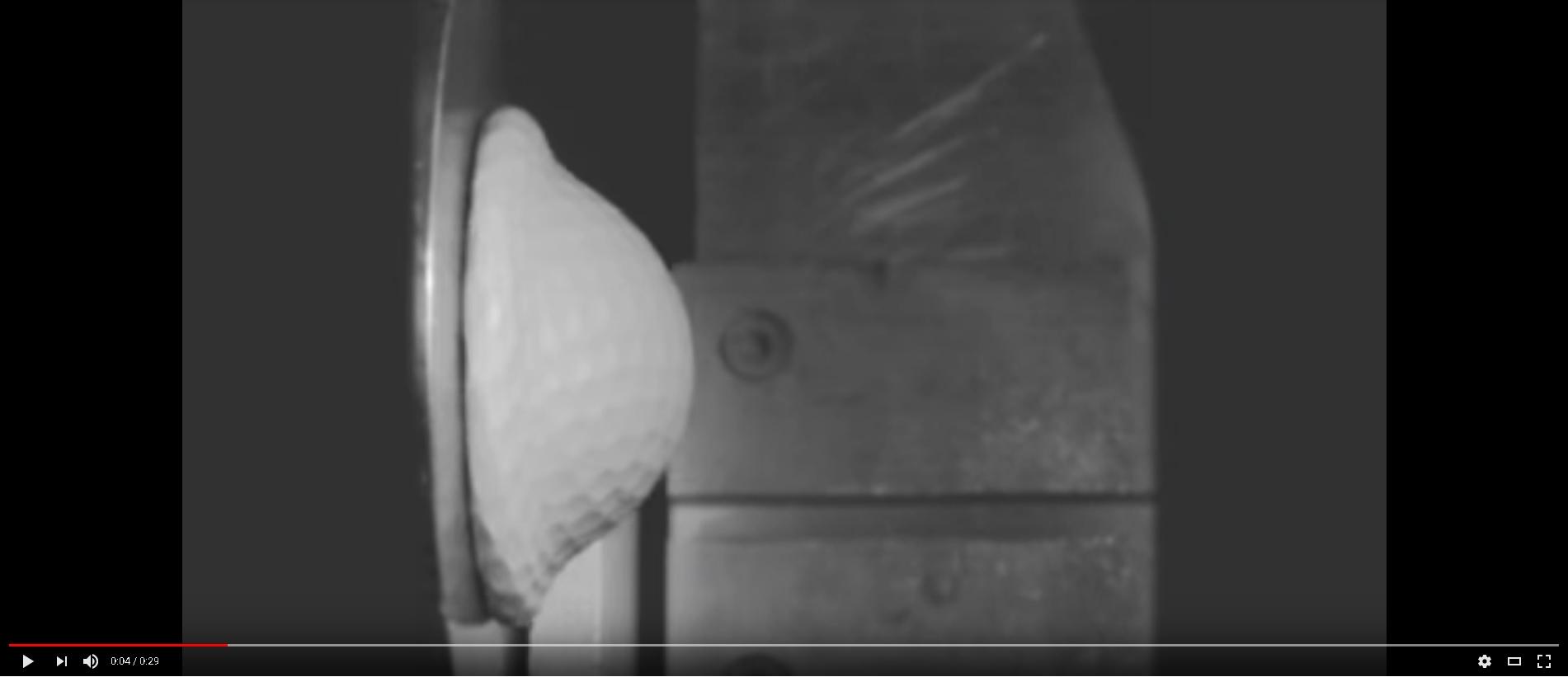 Video: Golfball prallt gegen Betonwand