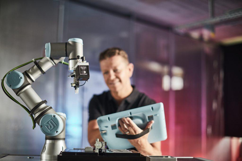 Der Vision-Sensor Visor Robotic verfügt über eine App, die auf der Robotersteuerung von Universal Robots Robotern läuft und eine komfortable Konfiguration der Anwendung ermöglicht. (Bild: SensoPart Industriesensorik GmbH)