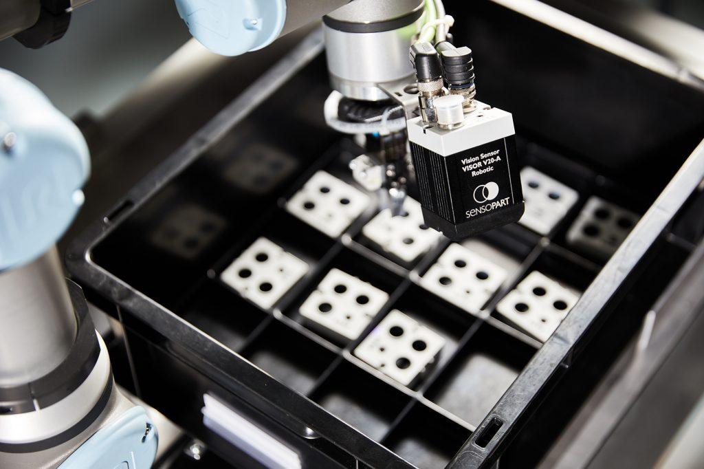 Mit dem Visor Robotic lassen sich auch kurze Takte bis unter 100ms realisieren, denn die auswertung erfolgt im eigenen Prozessor des Sensors. (Bild: SensoPart Industriesensorik GmbH)