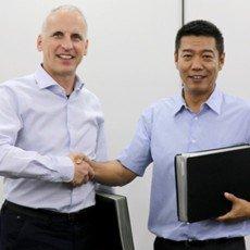 Von links nach rechts: Dietmar Ley (CEO, Basler AG), Guan Qunli (Vorsitzender Sanbao Xingye (MVLZ)) (Bild: Basler AG)