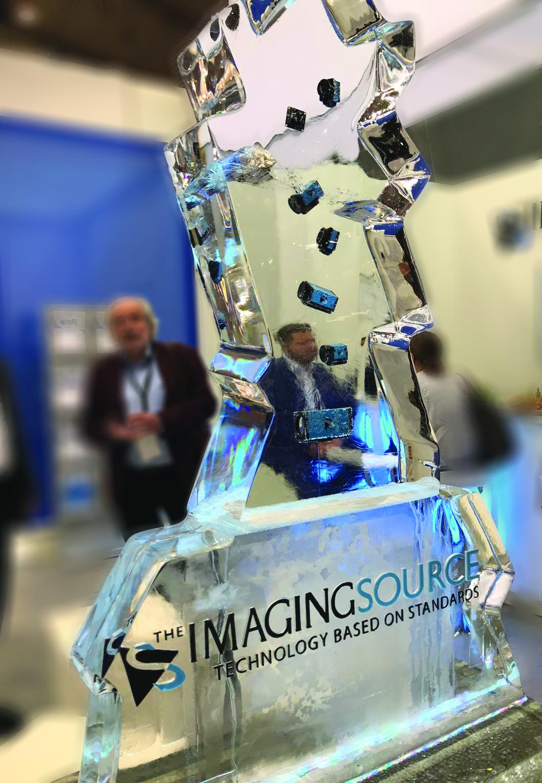 Auch wenn er nicht so groß aussieht: In dem 250kg Eisblock am Messestand von The Imaging Source waren verschiedene verarbeitungskameras eingefroren. (Bild: The Imaging Source Europe GmbH)