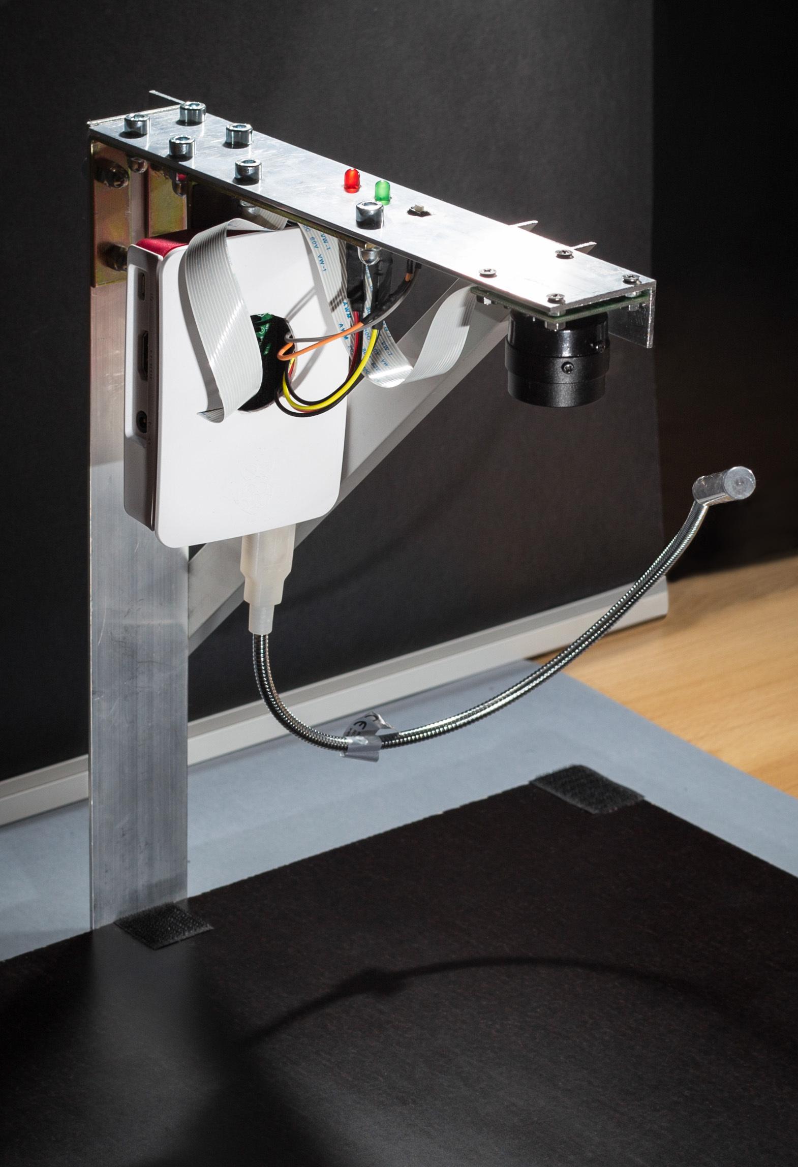 Basis des neuen kostengünstigen Visionssystems ist ein Raspberry Pi 3 Modell B Einplatinencomputer mit zugehörigem Kameramodul, an dem eine LED-Lampe mit USB-Anschluss zur Beleuchtung des Prüfobjekts angeschlossen ist. (Bild: THD-Technische Hochschule Deggendorf)