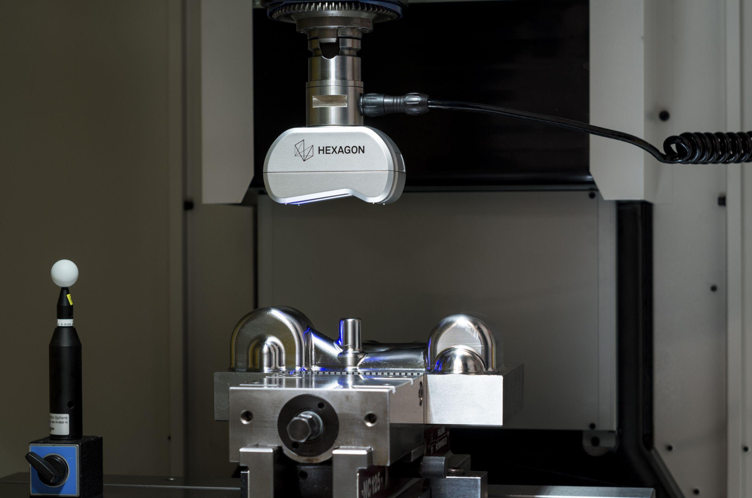 Bild 1 | Der Laserscanner LS-C-5.8 bringt Lasertechnik in die Werkzeugmaschine. Er verfügt über einen blauen Laser, der innerhalb einer Sekunde 36.000 Punkte scannen kann. (Bild: Hexagon Metrology GmbH)