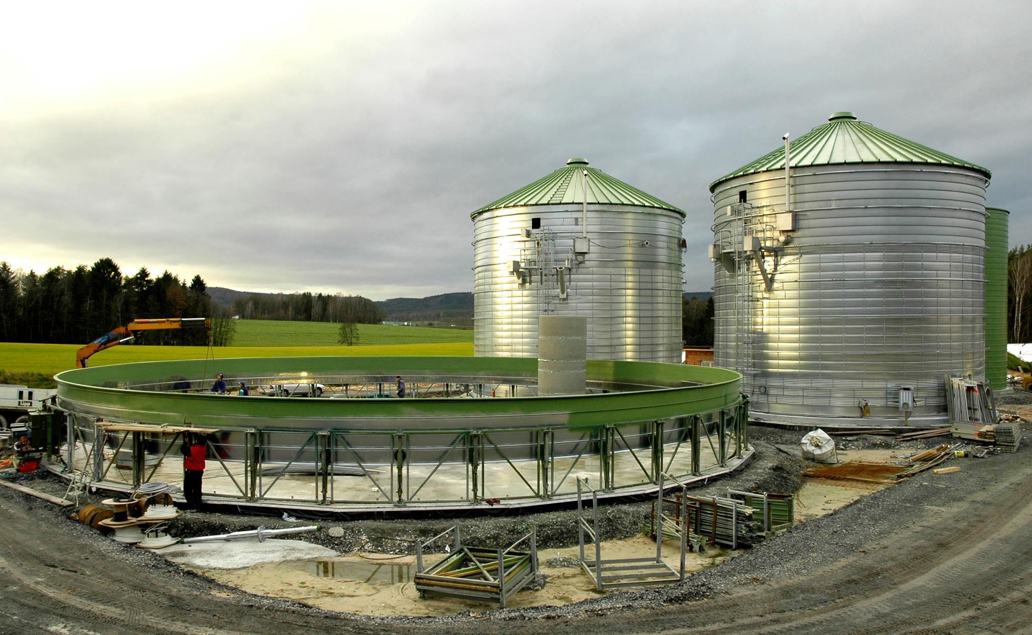 Bild 1 | Das intelligente Kamerasystem SeelectorICam Weld prüft parallel während des Aufbaus von Trinkwasserbehältern geschweißte Nähte innen und außen. (Bild: Lipp GmbH)