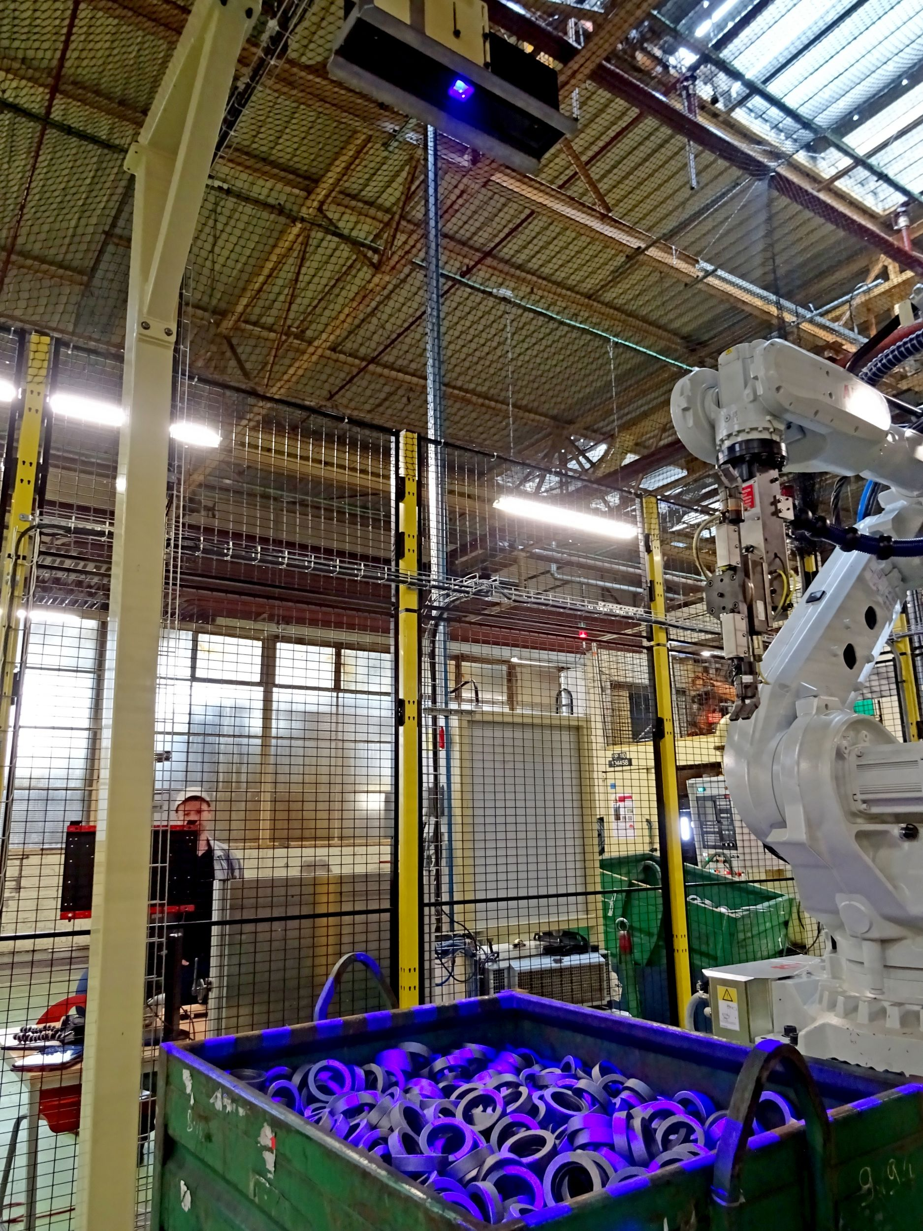 The bin picking unit at Renault Cléon is equipped with an ABB IBR 6700 robot and a Visio Nerf Cirrus3D 1200 sensor (Bild: Visio Nerf)