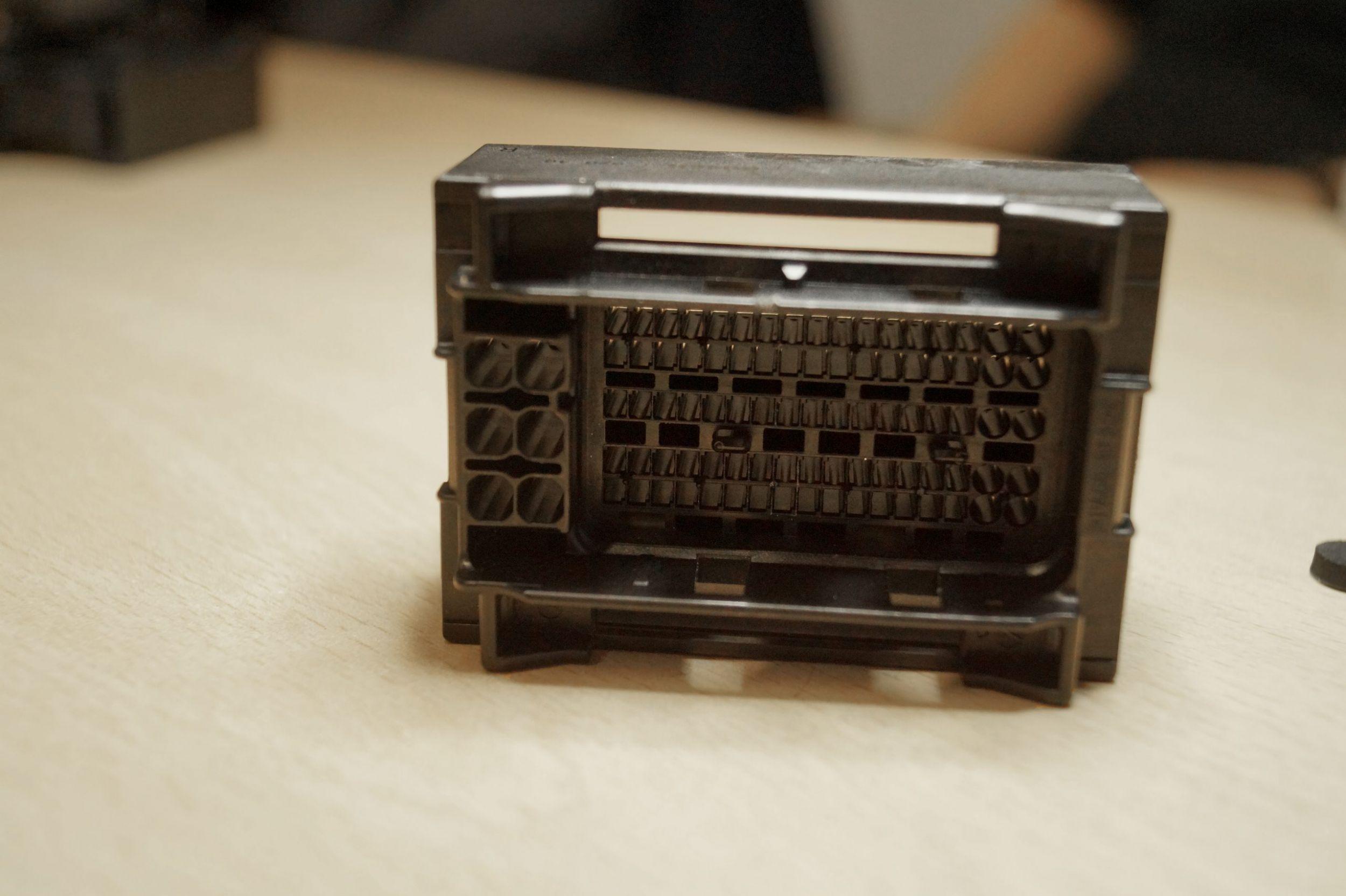 In diesem Test wurde zielsicher ein besonders undankbares Testobjekt ausgewählt – schwarz, klein und kompliziert aufgebaut. (Bild: TeDo Verlag GmbH)