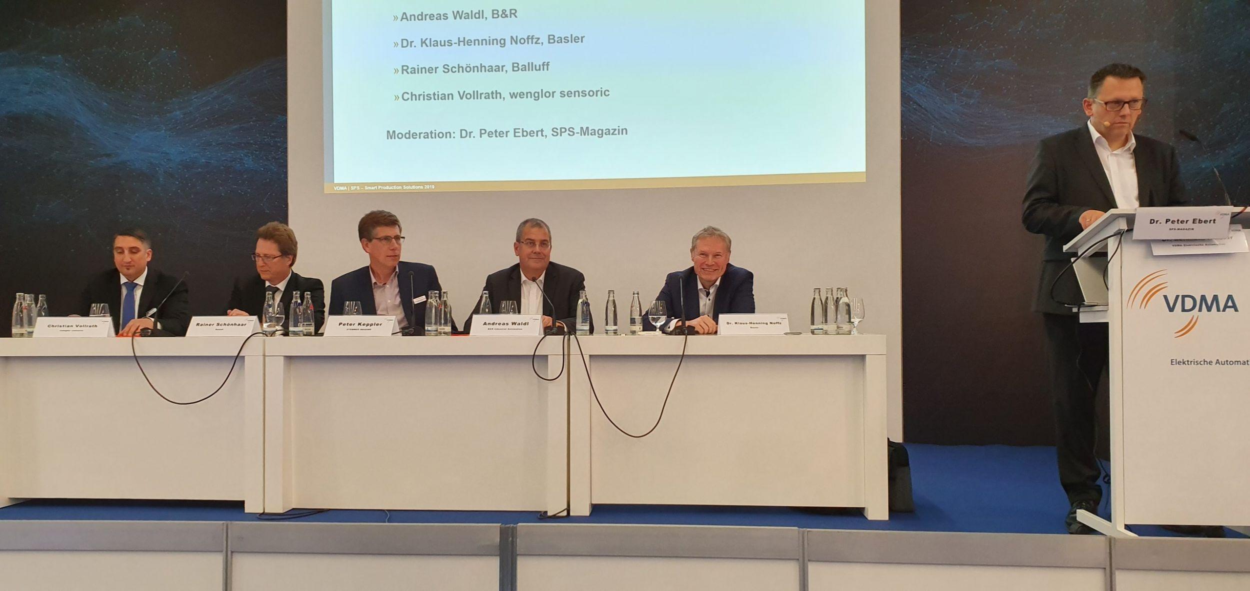 Die Teilnehmer der Expertenrunde (v.l.n.r.): Christian Vollrath (Wenglor), Rainer Schönhaar (Balluff), Peter Keppler (Stemmer Imaging), Andreas Waldl (B&R) und Dr. Klaus-Henning Noffz (Basler). (Bild: TeDo Verlag GmbH)