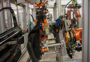 Kontrollierte Türentnahme durch den Roboter (Bild: Audi AG)