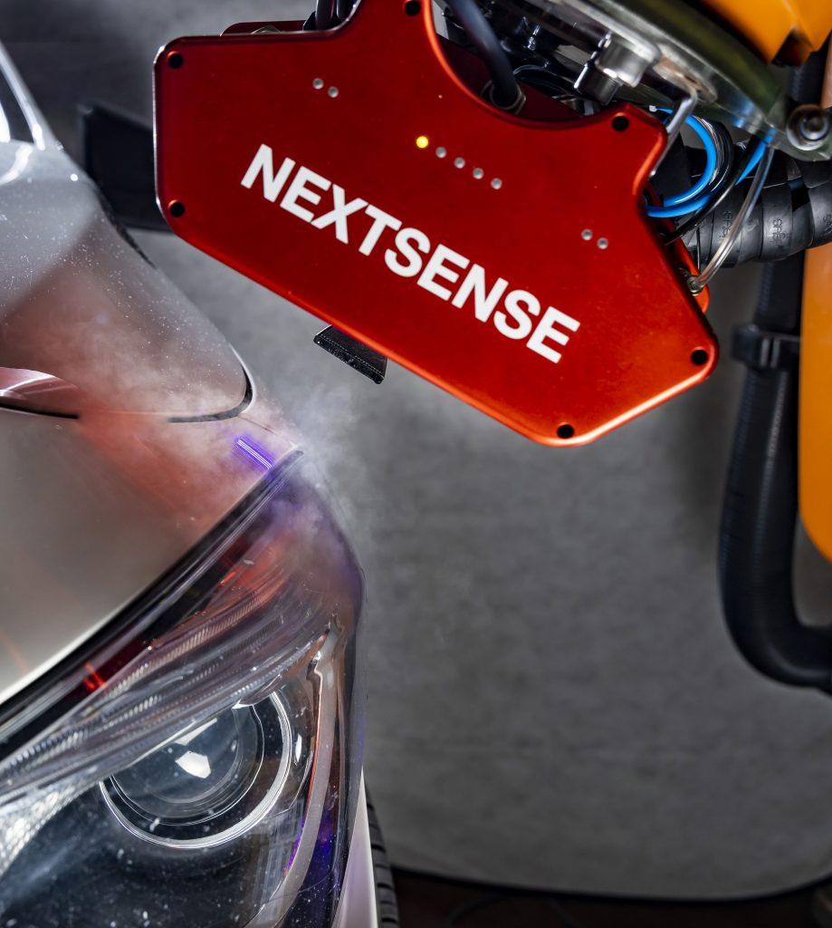 Die CaliBreeze Technologie neutralisiert das schlechte Reflexionsvermögen transparenter und halbtransparenter Oberflächen. Diese werden für die Messung einen Augenblick lang mit mikroskopisch kleinen Wassertropfen 'angehaucht'. (Bild: NextSense GmbH)