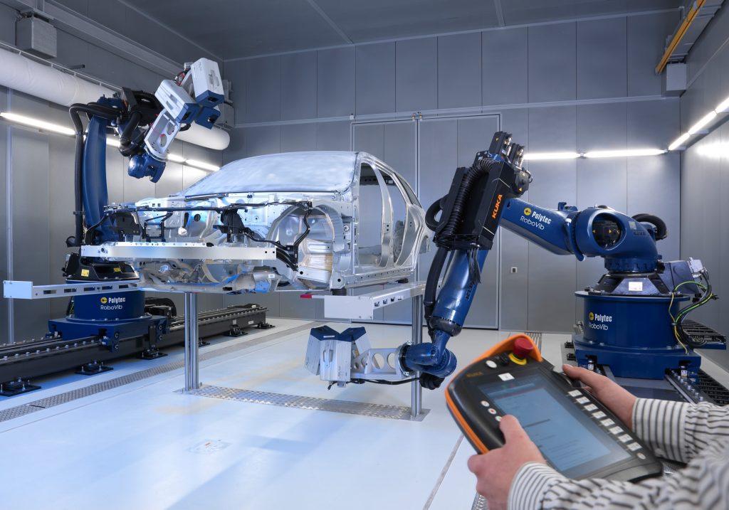 Um das mechanische Schwingungsverhalten einer Rohkarosse berührungslos zu ermitteln, werden Laser Doppler Vibrometer eingesetzt. (Bild: Polytec GmbH)