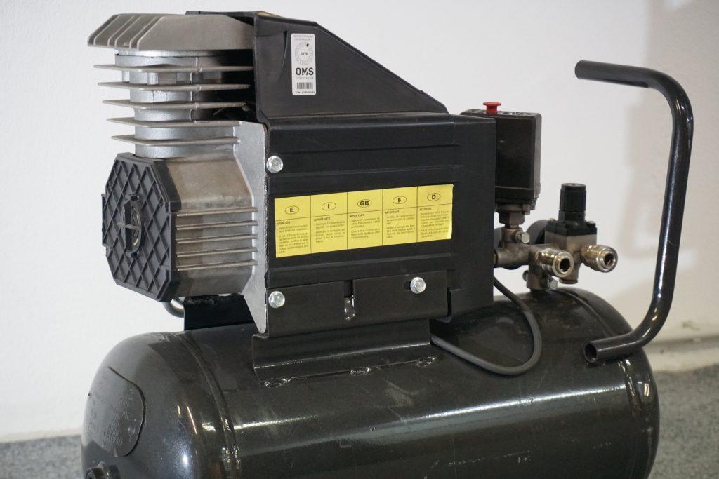 Bild eines Kompressormotors (l.) und ein daraus resultierendes Event Based Vision (r.), auf dem das Schwingungsverhalten des Kompressors zu erkennen ist. (Bild: Imago Technologies GmbH)