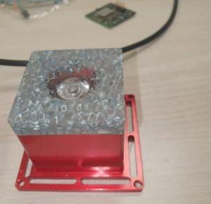 Das neue 122GHz Radarsystem erzielt in Industrieumgebungen eine Mikrometer Messgenauigkeit und kann zur Überwachung von CNC-Anlagen oder Robotersteuerungen eingesetzt werden. (Bild: Longseeker s.r.o)
