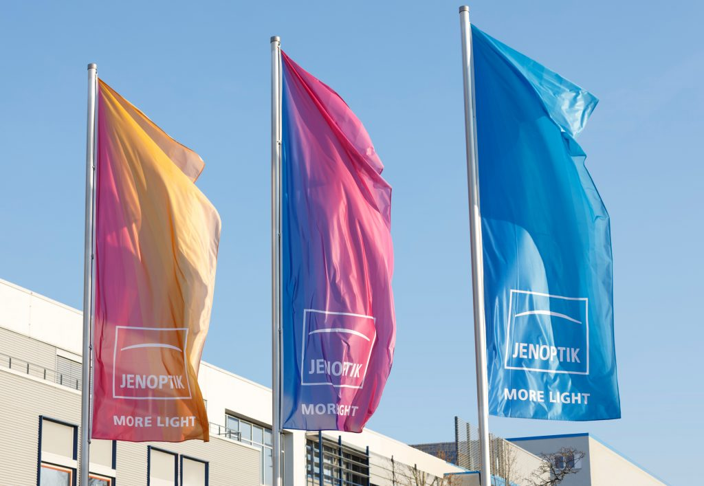Jenoptik, Standort Jena-Göschwitz mit Fahnen 2019 Jenoptik, location Jena-Göschwitz with flags (Bild: Jenoptik AG)