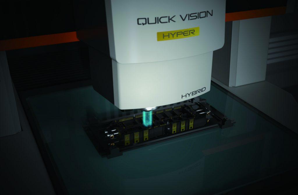 Der Fokus bei der Entwicklung der neuen Quick Vision Pro verarbeitungsmessgeräte zur berührungslosen Objektvermessung lag bei der Maximierung des Messdurchsatzes durch eine höhere Messgeschwindigkeit. (Bild: Mitutoyo Deutschland GmbH)
