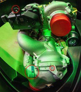 Prüfung aus 3,5m Höhe von zwölf Merkmalen eines Turboaggregats eines Automobilzulieferers. Rot eingekreist: die Detektion eines 3mm breiten Kunststoffsteges, das Typenschild des Aggregats sowie ein 5x5mm kleiner DM-Code. (Bild: Kamillo Weiß / CRETEC GmbH)