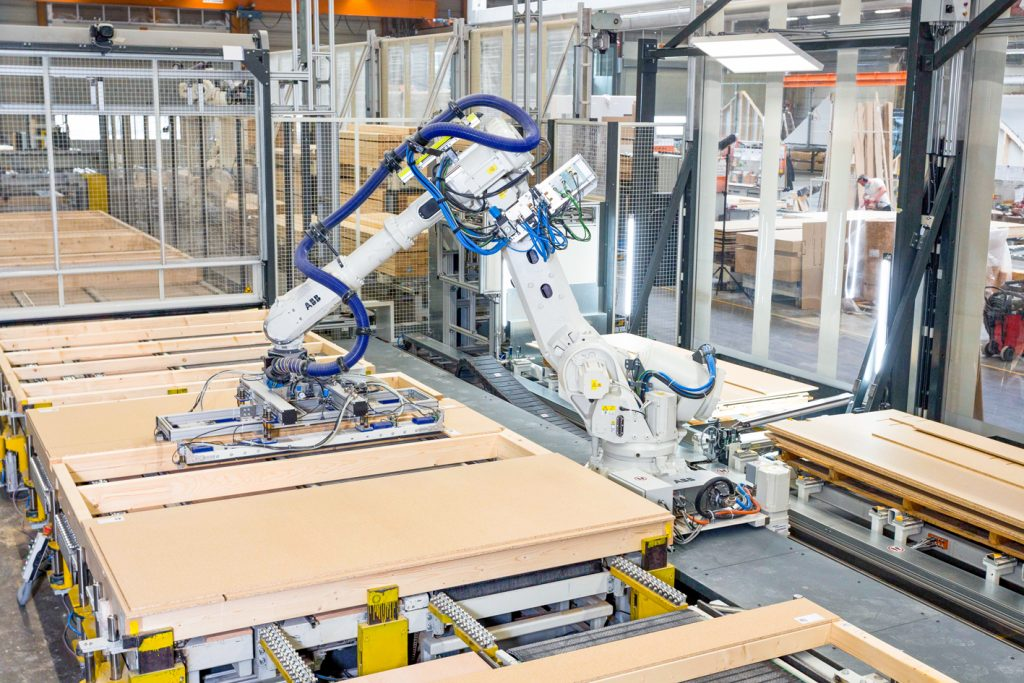 Die 3D-Kamerasysteme erkennen die jeweilige Plattenposition der Holzwerkstoff- oder Gipskartonbauplatten. Die exakten Positionsdaten werden verarbeitet und an einen Roboter übergeben, der dann die präzise Beplankung übernimmt. (Bild: phil-vision GmbH)