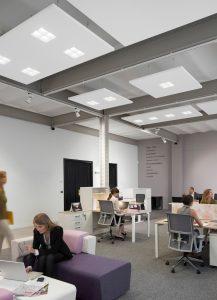 Die Licht-Akustiklösung Soundlight Comfort von Philips und Ecophon Saint Gobain sorgt für mehr Arbeitskomfort im Büro. (Bild: Philips Deutschland GmbH)