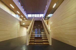 Das Forum Holzbau in Ostfildern bei Stuttgart ist nicht nur ein Multifunktionsgebäude mit Seminar- und Büroräumen. Unter seinem Dach befinden sich auch die Büros des Verbands des Zimmerer- und Holzbaugewerbes Baden-Württemberg e.V.. Hier kann man Holz sprichwörtlich riechen und fühlen, denn die Oberflächen des Innenausbaus sind unbehandelt. (Bild: Theben AG)