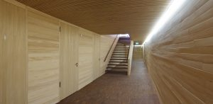 Beim schnellen Durchqueren des Raums, wie etwa im Flur und Treppenhaus üblich, verhindert die 'Kurzzeit-Präsenz' eine unnötig lange Nachlaufzeit. (Bild: Theben AG)