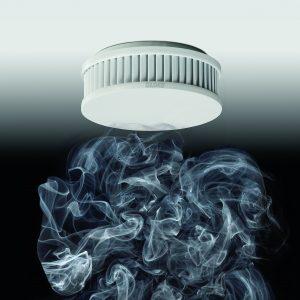 Küchentauglich: Das durchdachte Zwei-Kammer-System unterscheidet zwischen Rauch und Wasserdampf. Im Design passt sich der Rauchwarnmelder der Deckenoptik an (siehe auch Seite 48). (Bild: ALBRECHT JUNG GMBH & CO. KG)