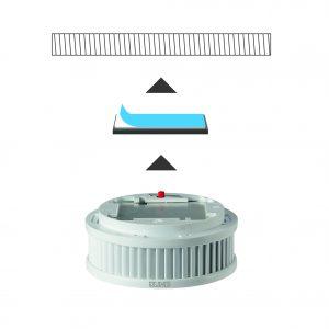 Einfache Montage dank Magnet-Klebe-System: Nach Entfernen der Schutzfolie muss der Magnetträger an die Decke gedrückt werden. Anschließend läßt sich der Rauchmelder auf den Magnetträger aufsetzen. (Bild: ALBRECHT JUNG GMBH & CO. KG)