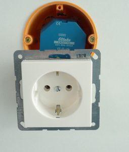 Unterputzvariante für die Schalterdose: Das Eltako-Sendemodul wird mit der Steckdose verbunden und ermittelt den Stromverbrauch des Geräts, das daran angeschlossen ist. (Bild: Somfy GmbH)