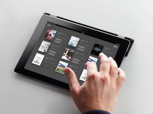 Neu für iPad und Android-Tablets: Die  E-Process-App der Deha Gruppe. Der digitale Beratungsleitfaden für das Elektro-Fachhandwerk hilft dabei, Kunden gezielt und individuell zu beraten, Wünsche zu entdecken und passgenaue Angebote zu erstellen. Die zusätzliche E-Katalog-App hält digitale Broschüren und Kataloge führender Hersteller bereit. (Bild: Deha Gruppe)