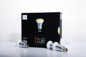 Im Starter-Paket sind drei LED-Lampen, die Smartbridge und die Mobile App enthalten. Das System ist auf bis zu 50 Lampen erweiterbar. (Bild: Philips Deutschland GmbH)