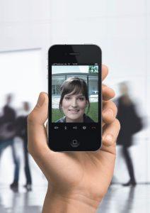 Mit dem neuen TKS-IP-Gateway Plugin für Skype ist jetzt auch die mobile Türkommunikation möglich: per iPhone, iPad sowie mit allen Smartphones und Tablets, für die eine Skype App erhältlich ist. (Bild: Gira Giersiepen GmbH & Co. KG)