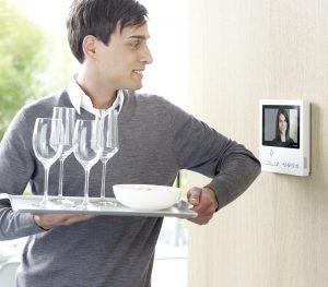 Großes Videound ergonomische Bedienung: Die neuen Video-Panels. Bei Bedarf lassen sie sich sogar mit dem Ellenbogen bedienen. (Bild: S. Siedle & Söhne)