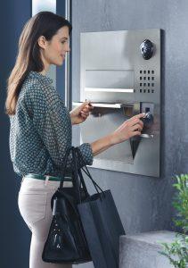 Komfortabel: Der Briefkasten öffnet per Fingerabdruck, der Schlüssel kann in der Tasche bleiben. (Bild: S. Siedle & Söhne OHG)