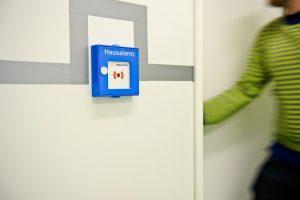 In der ContainerUni wurden die Rauchwarnmelder Hekatron Genius Hx mittels Funkmodul Pro drahtlos mit Funkhandtastern verbunden, was die manuelle Alarmierung im Notfall ermöglicht. (Bild: Zeppelin Universität/Bertram Rusch)