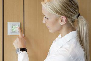 Die Energieeffizienzfunktion RoomOptiControl erkennt unnötigen Energieverbrauch und signalisiert diesen dem Raumnutzer über die Green-Leaf-Anzeige auf dem Raumbediengerät. Ist der Energieverbrauch zu hoch, wechselt das Symbol seine Farbe von grün auf rot. (Bild: Siemens AG)