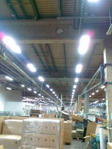 An Montagearbeitsplätzen tragen optimal regulierte Lichtverhältnisse zum sicheren Arbeiten und somit zur Produktivitätssteigerung bei. Insbesondere durch eine Einzel- oder Gruppensteuerung der Leuchten lassen sich hier die Kosten senken. (Bild: Richard Chambers GmbH)