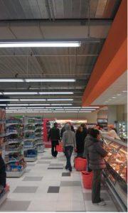 In einer Filiale der englischen Lebensmittelkette Waitrose wurde durch die Umrüstung von T5 auf die neue Philips-Technologie nicht nur eine höhere Leistung erzielt, sondern auch 42% Strom gespart. (Bild: Richard Chambers GmbH)