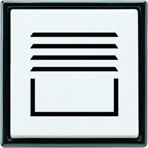Klarheit bei der Zuordnung schaffen große Symbole wie Rollläden, Klingel oder Licht - auch für Menschen mit eingeschränkter Sehkraft noch deutlich erkennbar, auch wegen des Kontrastes zwischen weißem Schaltermaterial und schwarzer Bedruckung. (Bild: ALBRECHT JUNG GMBH & CO. KG)