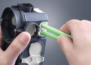 Die Econ-Technik erlaubt die flexible und gleichzeitig luftdichte Einführung von Leitungen und Rohren entlang des gesamten Dosenumfangs. Leitungen und Rohre werden einfach und werkzeuglos durch die dauerelastische Membran geführt, die sich eng dar (Bild: Kaiser GmbH & Co KG)