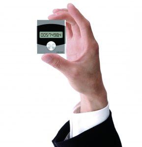 Die EnergyCam passt auf jeden mechanischen Zähler ohne ihn zu verdecken. (Bild: Fast Forward AG)